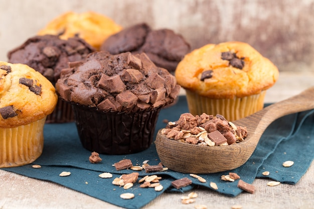 Chocolade muffins met chocolade vintage achtergrond, selectieve aandacht