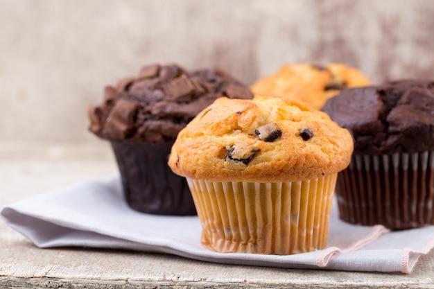 Chocolade muffins met chocolade vintage achtergrond, selectieve aandacht.