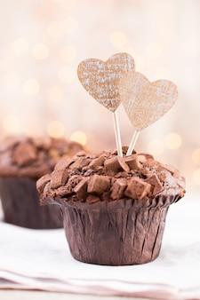 Chocolade muffins met hart vintage achtergrond, selectieve aandacht.