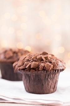 Chocolade muffins met hart vintage achtergrond, selectieve aandacht