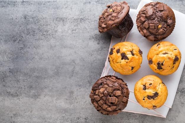 Chocolade muffins vintage achtergrond, selectieve aandacht.
