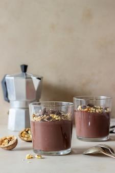 Chocolade notenpudding. ontbijt. toetje.