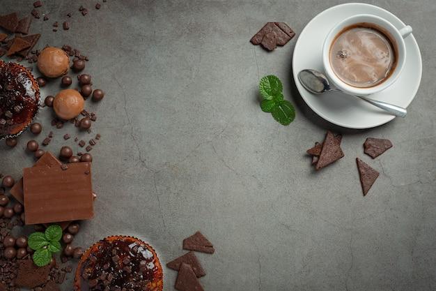Chocolade op het donkere oppervlak. wereldchocolade dag concept