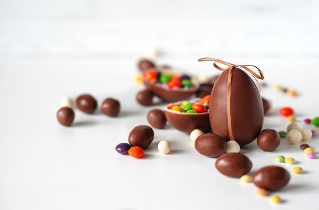 Chocolade paaseieren op de witte achtergrond