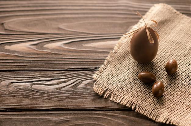 Chocolade paaseieren op de woden achtergrond