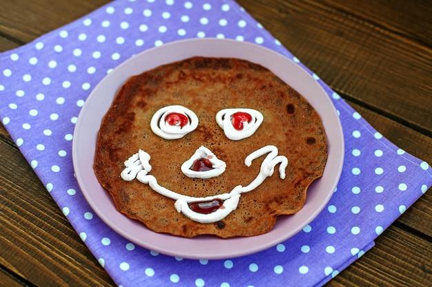Chocolade-pannekoek voor kinderen. ontbijt. t