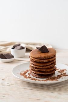 Chocolade pannenkoek stapel met chocoladepoeder