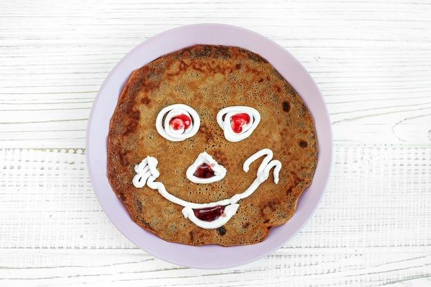Chocolade pannenkoek voor kind. ontbijt.