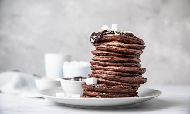 Chocolade pannenkoeken met gesmolten chocolade amandel en marshmallow
