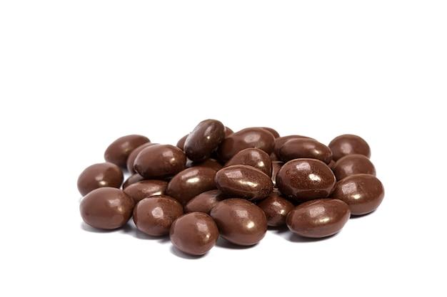 Chocolade pillen in hoop geïsoleerd op witte background
