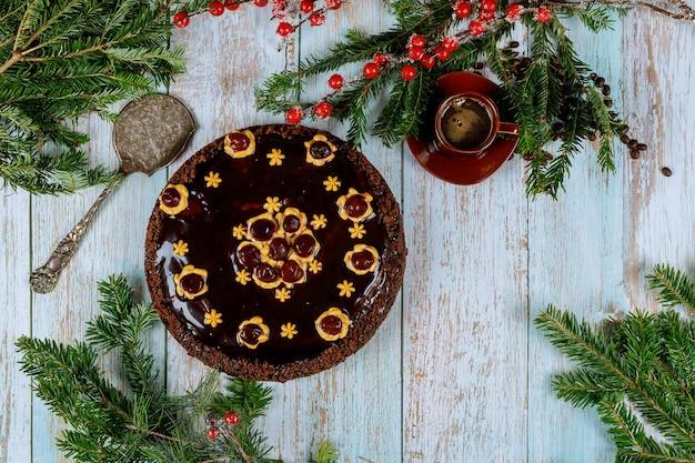 Chocolade rum cake met koffie op houten achtergrond. kerstmis of nieuwjaar concept.