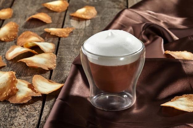 Chocolade semifreddo met luchtig melkschuim en zandkoekjes sesamchips