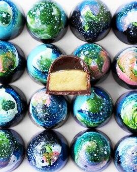 Chocolade set blauwe kleur en space candy design en een cutaway candy handgemaakt