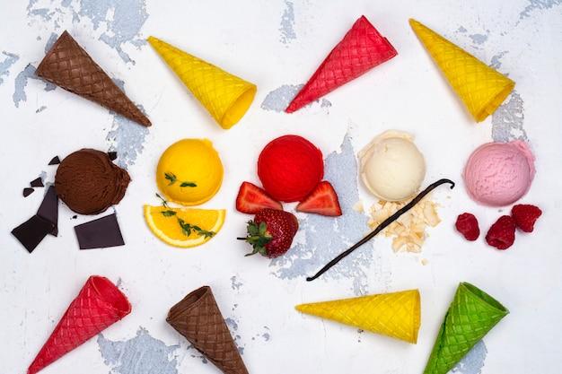 Chocolade, sinaasappel, aardbei, vanille en frambozenijs