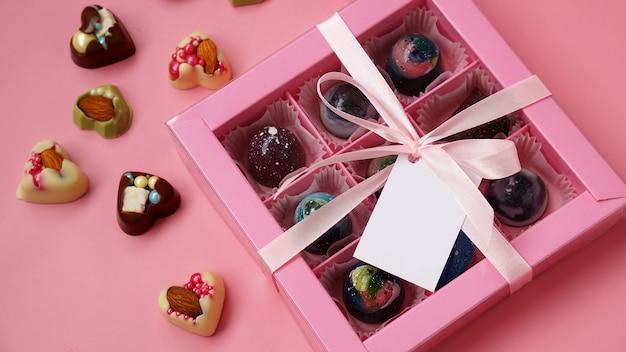 Chocolade snoep roze geschenkdoos met handgemaakte bonbons op roze