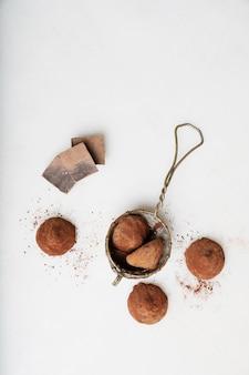 Chocolade snoep truffels met cacaopoeder