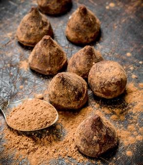 Chocolade snoep truffels op een houten tafel.