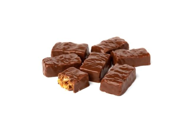 Chocolade snoepje met karamel en pinda geïsoleerd op wit