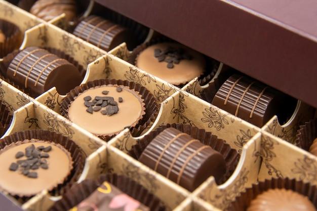 Chocolade snoepjes in een open doos chocolade snoep close-up geassorteerde chocolade snoepjes