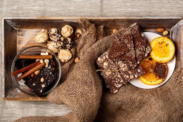 Chocolade snoepjes kaneel sinaasappel en noten op zak