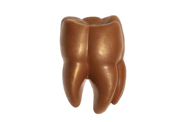 Chocolade tand isolatad op een witte achtergrond voor tandheelkunde top view