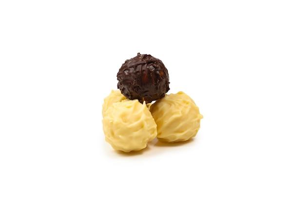 Chocolade truffel geïsoleerd op een witte achtergrond. bovenaanzicht.