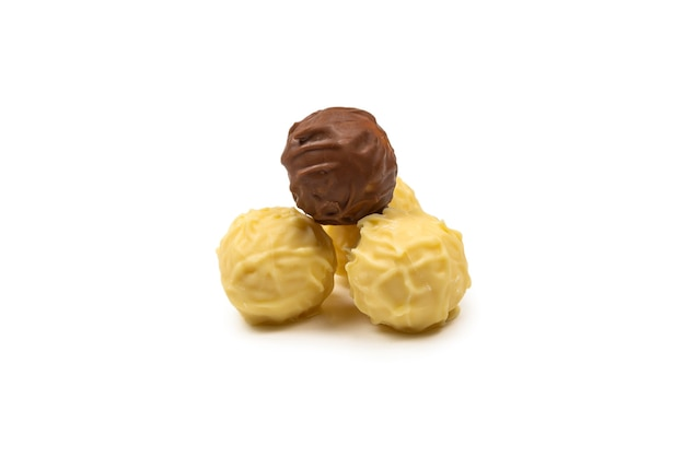 Chocolade truffel geïsoleerd op wit