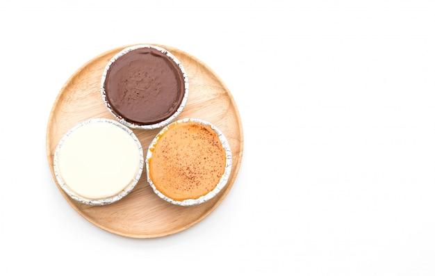 Chocolade, vanille melk en melkthee zachte cake op wit