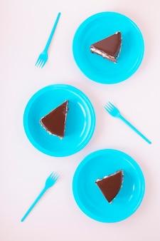 Chocolade verjaardag gesneden cake op platen