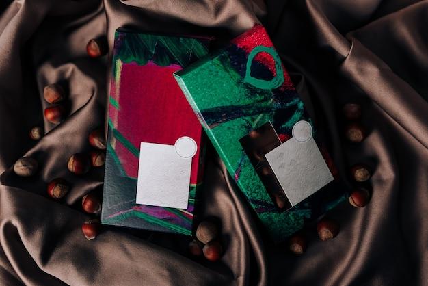Chocolade verpakking op een gekreukt satijnen stof