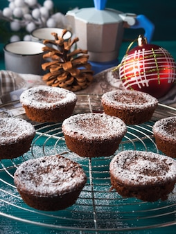 Chocolade wintermuffins met poedersuiker