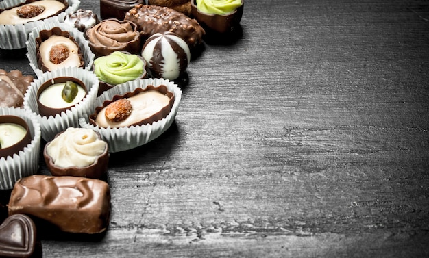 Chocolade zoete snoepjes. op het zwarte bord.