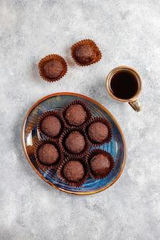 Chocoladeballetjes met cacaopoeder.