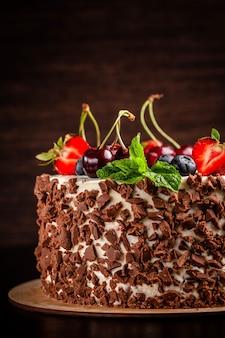 Chocoladebiscuitgebak met witte room en bessen