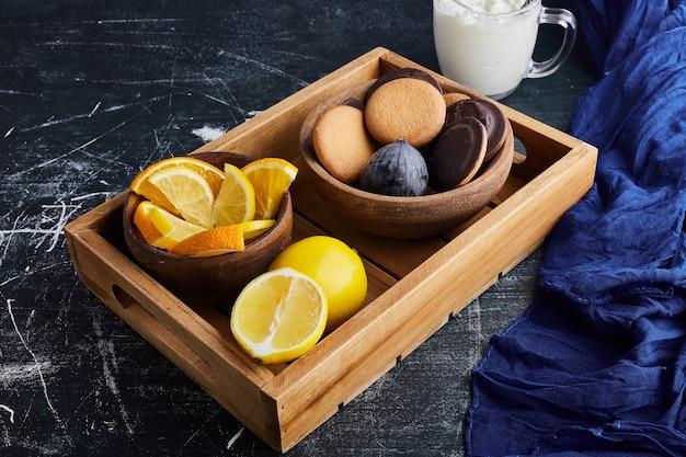 Chocoladebiscuitkoekjes met citroen.