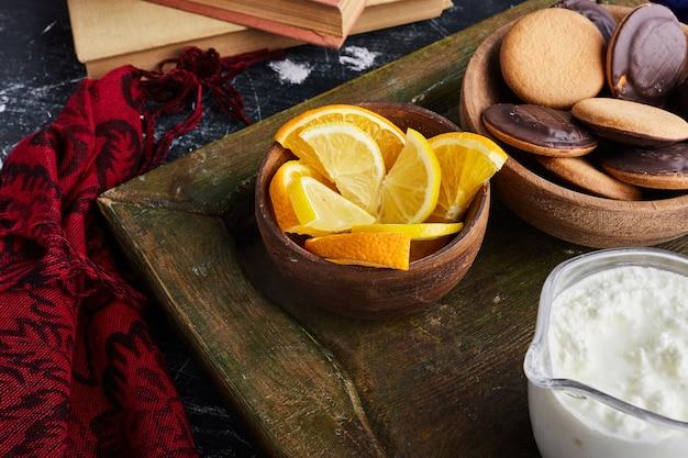 Chocoladebiscuitkoekjes met citrusvruchten.