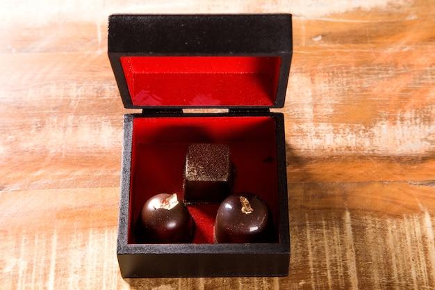 Chocoladebonbon met gouden bladeren