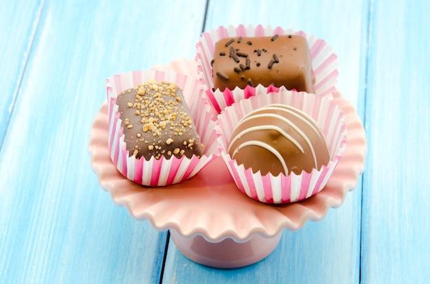 Chocoladebonbons op dienblad