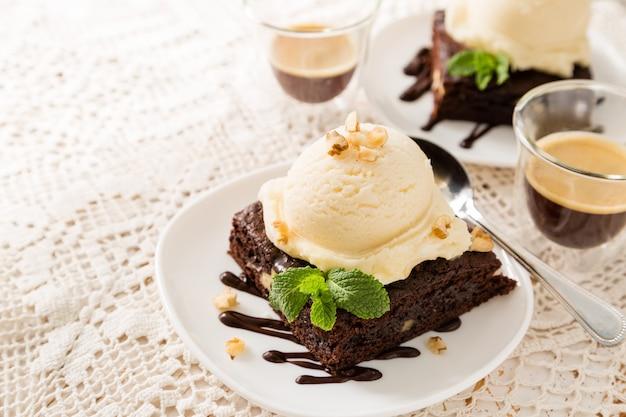 Chocoladebrownie met vanilleroomijs, noten en munt