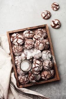 Chocoladebrowniekoekjes in poedersuiker. chocolade kreukels