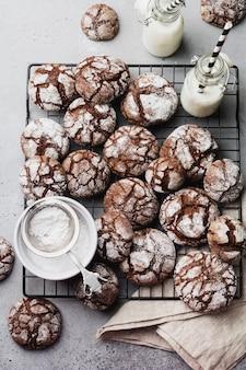Chocoladebrowniekoekjes in poedersuiker