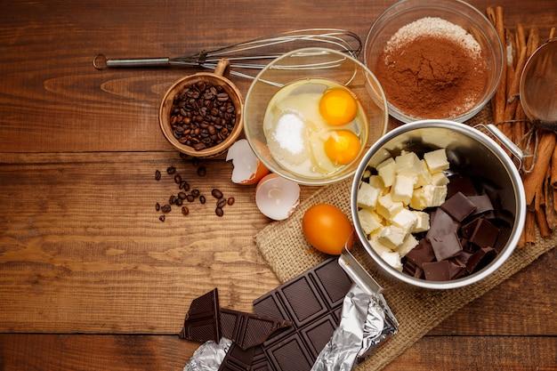 Chocoladecake bakken in rustieke keuken.