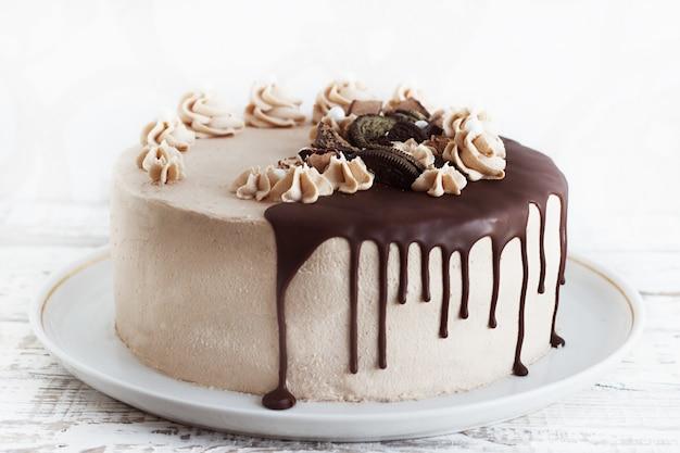 Chocoladecake met fudge gemotregend suikerglazuur en krullen