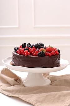 Chocoladecake met rode en zwarte bes