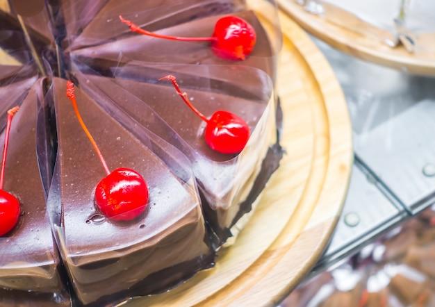 Chocoladecake met rode kersen.