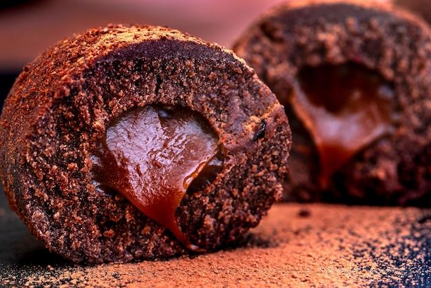 Chocoladecake met vulling en cacao. detailopname.