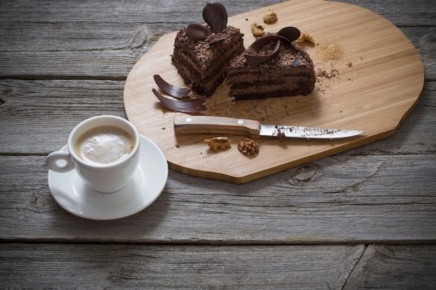 Chocoladecake op oude houten lijst