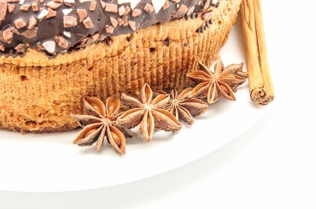 Chocoladecake op wit wordt geïsoleerd dat