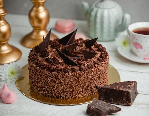 Chocoladecake versierd met chocoladestukjes
