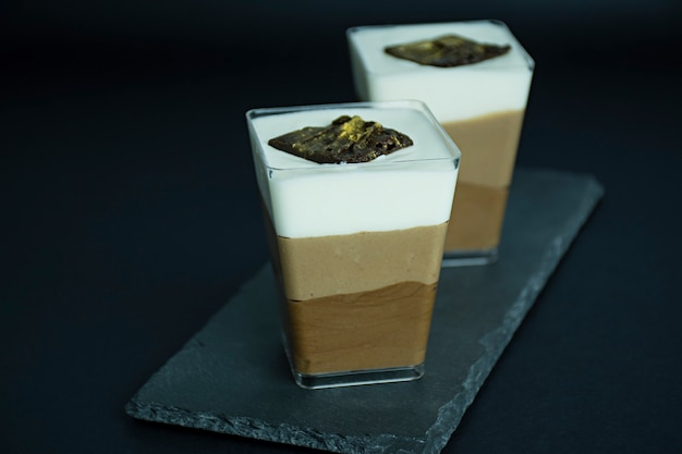 Chocoladedessert. chocoladesoufflé. zoet dessert op een donkere achtergrond. ruimte voor tekst.